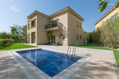 Villa in Jumeirah Islands, Dubai, UAE 4 bedrooms, 480 sq.m. № 1782 - photo 1