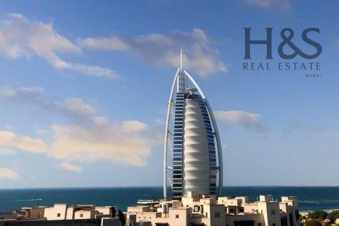 Apartment in Umm Suqeim, Dubai, UAE 3 bedrooms, 201 sq.m. № 3125 - photo 1